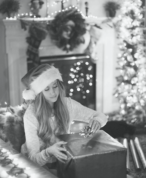 Looking to buy a gift for a college age girl this holiday season? Check out Emma Lenhart's gift guide on the blog for tons of ideas for this Christmas/holiday season!